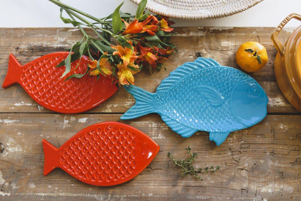 peixes em mesa posta de verão