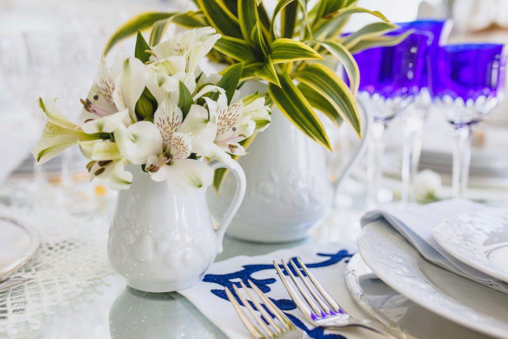 composição floral em mesa posta de verão